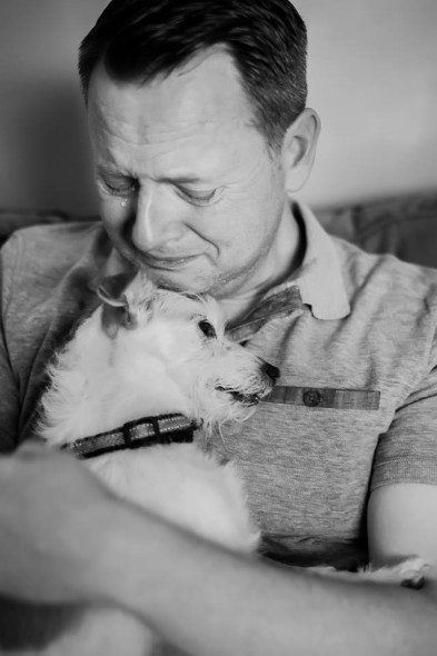 6.17.16-News-Anchor-Says-Goodbye-to-His-Beloved-Dog-With-a-Bucket-List6-393x590